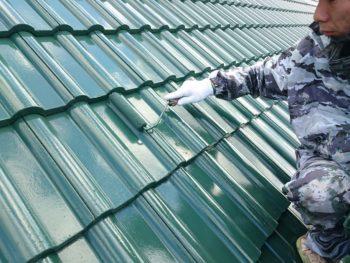 屋根上塗り塗装・出窓上部塗装を行いました。4回塗りの屋根は水もバチバチに弾く光沢になりました。