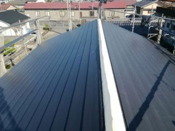 ルーフング後、断熱ぺフを敷きガルバリウム鋼板屋根にしていきます。