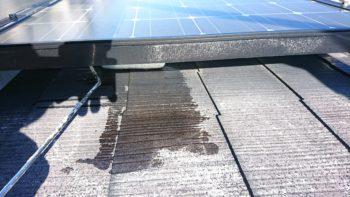 太陽光パネル下のローラーが入りにくい箇所も長柄を使い奥まで塗ります。