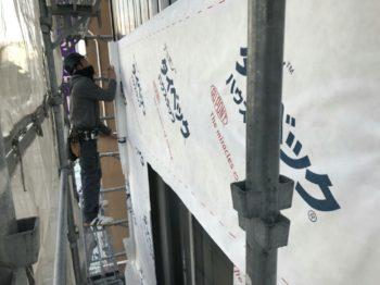 既存外壁を剥がすさずに新しくガルバリウム鋼板等を張る事をカバー工法と言います。