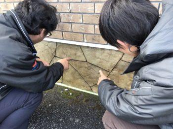 そんなこんなしていたら...  日本ペイント四国 係長 の田中さんが現場を覗きに来てくれました♪♪  いったいどこまでが既存で何処までが造形なのか...といった反応で代表もすごく満足そうでした!!