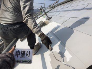 ガルバリウム鋼板である屋根は普通の下塗り材では密着しません。