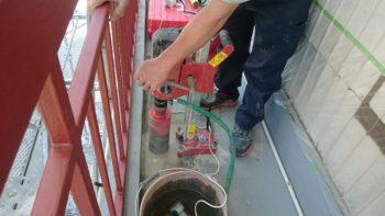 傾斜が弱く水溜まりになる箇所はコア抜きを行い新た樋を新設します。