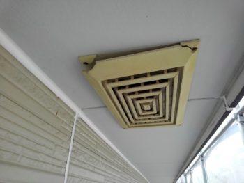 軒天井から湿度や湿気を逃がします。