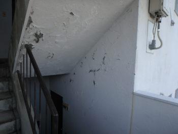 徳島県 南昭和町 施工前 マンション 階段室 塗膜 剥がれ