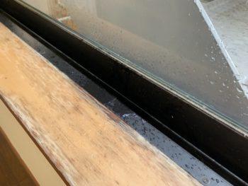 窓枠からの雨もり