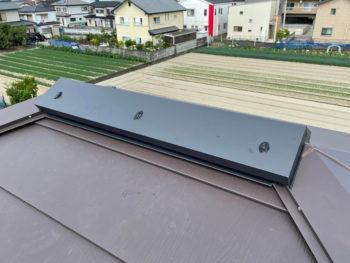 西日が強く屋根裏温度の上昇により棟換気の取り付けを行いました。